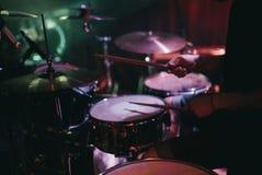 Handelsresande som spelar hans valssats på konsert i klubba Royaltyfri Bild