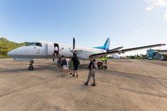 Handelsresande som stiger ombord det Air Rarotonga flyget Arkivbilder