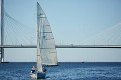 Handelsresande som tycker om att segla på floden arkivfoto