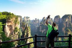 Handelsresande som tycker om den fantastiska siktsZhangjiajie nationalparken arkivbilder