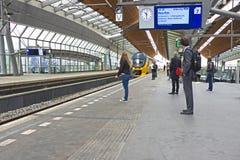 Handelsresande som väntar på drevet i Bijlmer stationsAmsterdam Nederländerna Arkivbild