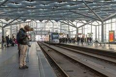Handelsresande som väntar på spårvagnen på centralstationen av Haag, Nederländerna Royaltyfri Foto