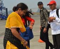 Handelsresandeanseende på den Mumbai flygplatsen royaltyfri fotografi