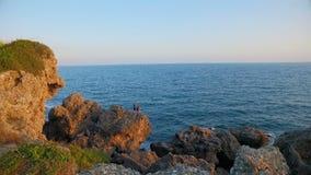 Handelsresandeanseendet för två grabbar på vaggar kusten lager videofilmer