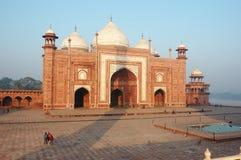 Handelsresandear som besöker den Taj Mahal moskén, Uttar Pradesh, Indien arkivfoton