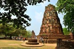 Handelsresandear som går i tempel, fördärvar, Ayutthaya arkivfoto