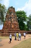 Handelsresandear som går i tempel, fördärvar, Ayutthaya fotografering för bildbyråer
