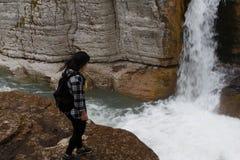 Handelsresandeflicka som går i vattenfallkanjon Resa affärsföretaget och att fotvandra aktiv och sund livsstilen den aktivitet, Royaltyfri Foto