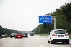 Handelsresandefolket som kör bilen på vägen med trafikstockning, går till Royaltyfri Fotografi