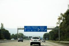 Handelsresandefolket som kör bilen på vägen med trafikstockning, går till Royaltyfri Foto