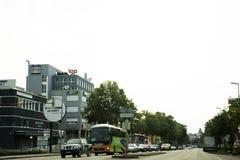 Handelsresandefolket som kör bilen på vägen med trafikstockning, går till Royaltyfri Bild