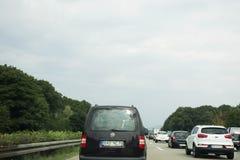 Handelsresandefolket som kör bilen på vägen med trafikstockning, går till Arkivfoton