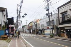 Handelsresandegå och besök för japanskt folk och utlänningbeside Arkivfoto
