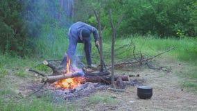 Handelsresandekotlettträt som gör brand- och kockmat 4k lager videofilmer
