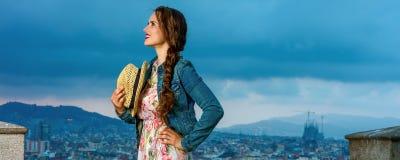 Handelsresandekvinna framme av stadspanorama som ser in i avstånd Arkivbild