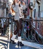 Handelsresandekvinna i Venedig som tar fotoet med den digitala kameran Fotografering för Bildbyråer