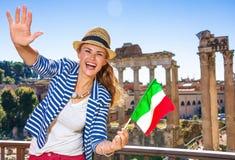 Handelsresandekvinna mot italiensk flagga för Roman Forum visning arkivfoto
