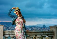 Handelsresandekvinna mot stadspanorama av Barcelona att posera Royaltyfria Bilder
