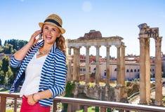 Handelsresandekvinna nära Roman Forum som talar på mobiltelefonen fotografering för bildbyråer