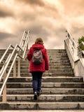 Handelsresandekvinna som klättrar trappa till himlen royaltyfri foto