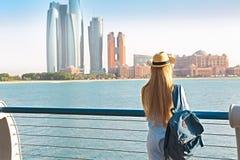 Handelsresandekvinna som ser emirater slott och skyskrapor av Abu arkivfoton