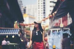 Handelsresandekvinnafotvandrare som går i den Kina staden, Singapore Royaltyfri Fotografi