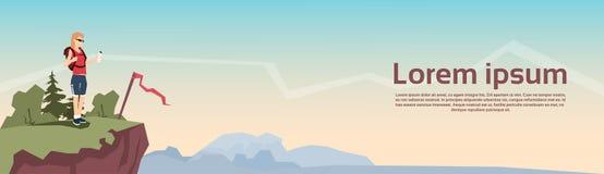 Handelsresandekvinnaställning på baner för bakgrund för berg för kullefotvandrareryggsäck royaltyfri illustrationer