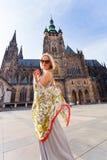 Handelsresandekvinnlig på bakgrunden av Sten Vitus Cathedral, Prague, Tjeckien Royaltyfria Bilder