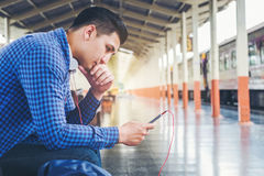 Handelsresandeman som använder det väntande på drevet för minnestavla och för telefon på staen Arkivbilder