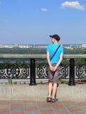 Handelsresanden beundrar sikten av staden Royaltyfri Foto