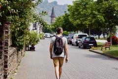 Handelsresanden för den unga mannen promenerar den stenlade gatan i en traditionell liten tysk stad royaltyfria bilder