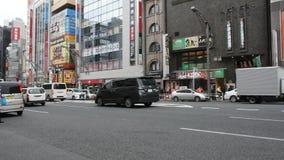 Handelsresanden för japanskt folk och utlänninggår och shopping bredvid vägen med trafikvägen av chuodorigatan på Ueno i Tokyo, J stock video