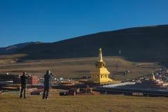 Handelsresanden tar en pho till guld- pagoder i tibetana Yarchen Gar Mo Arkivfoton