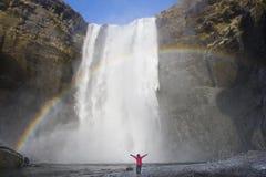 Handelsresanden tycker om vägtur i Island med den största Skogafossen w royaltyfri foto