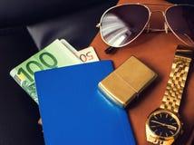 Handelsresandes tillbehör, pass, pengar som är guld- Arkivbilder