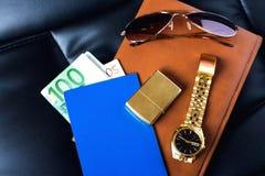 Handelsresandes tillbehör, pass, pengar som är guld- Arkivbild