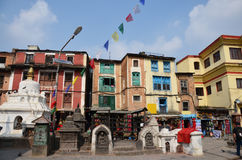 Handelsresandeshoppingsouvenir shoppar på den Swayambhunath templet eller apatemplet Royaltyfria Bilder