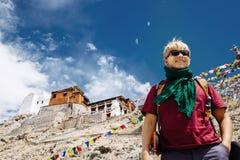 Handelsresandestående för ung man nära den Tibet kloster Royaltyfri Bild