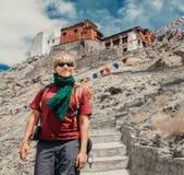 Handelsresandestående för ung man nära den Tibet kloster Royaltyfri Fotografi