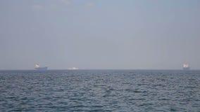 Handelsschepen in de baai stock video