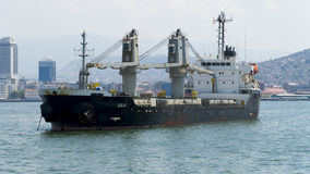 Handelsschiff auf Meer Lizenzfreie Stockfotografie