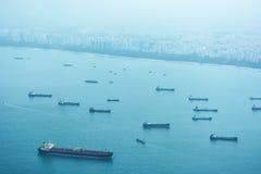 Handelsversenden vor der Küste von Singapur Stockfoto