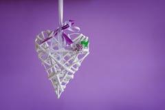 Handemade blanc de coeur d'amour de Valentine sur le pourpre Image stock