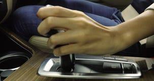 Handen ändrar den automatiska överföringen i bil lager videofilmer