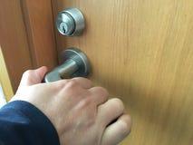 Handen öppnar dörrarna Royaltyfri Fotografi
