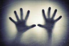 Handen achter berijpt glas Vrees, paniek, schreeuwconcept royalty-vrije stock foto's