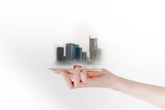 Handen använder en smartphone eller en minnestavla och att söka efter fastighet- eller framtidsinvestering isolerat framförande f Arkivfoton