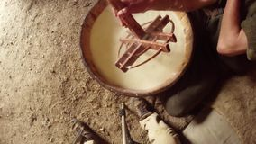 Handen av bonden i det varma jäste fåret mjölkar ost samlar, den bästa sikten stock video