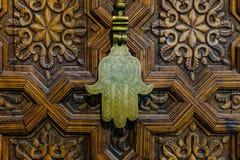 Handen av den Fatima eller Hamsa amuletten eller Miriams räcker Miriams hand Norr amulett som är populär genom hela Mellanösten o royaltyfri foto