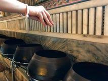 Handen av donation i buddistisk tempel royaltyfria foton